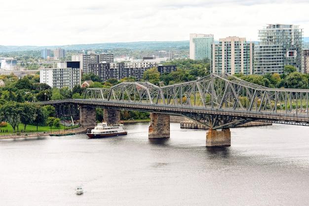 Pont alexandra par temps nuageux à ottawa