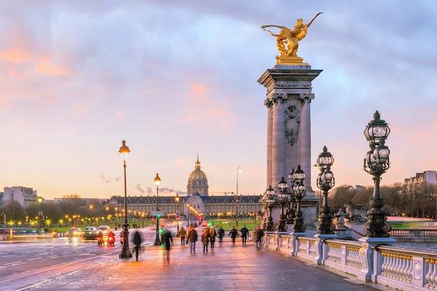Le pont alexandre iii sur la seine à paris, france au lever du soleil