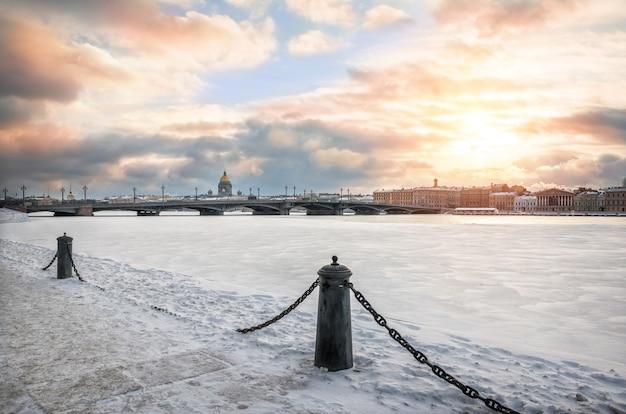 Pont de l'annonciation à travers l'hiver neva à saint-pétersbourg sous la neige et le soleil d'hiver rare