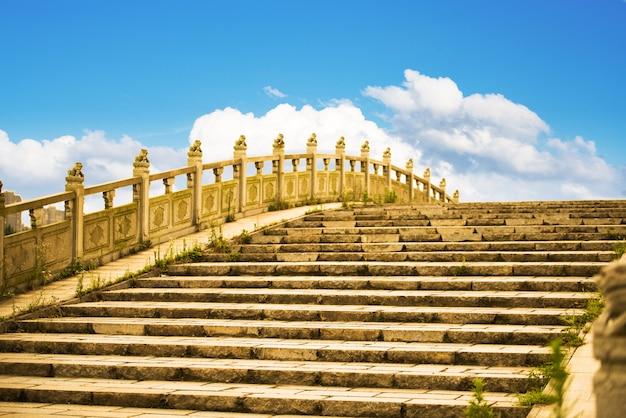 Pont en arc antique et couloir en bois, hangzhou, chine.