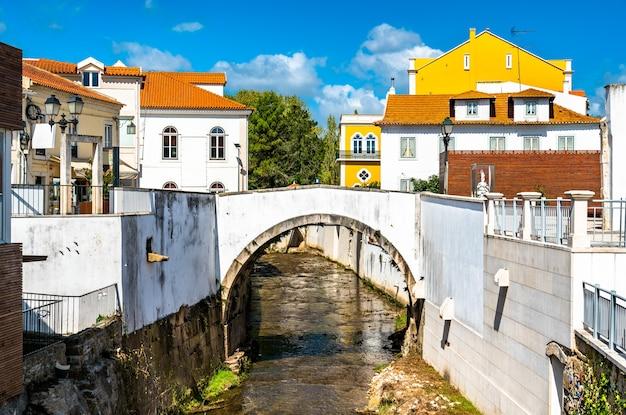 Pont en arc sur la rivière alcobaça à alcobaça, portugal