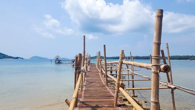 Le pont en bambou atteint la mer