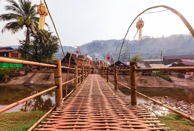 Pont en bambou sur une petite rivière ensoleillée