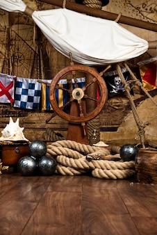Pont de bateau de pirates avec volant et drapeau.