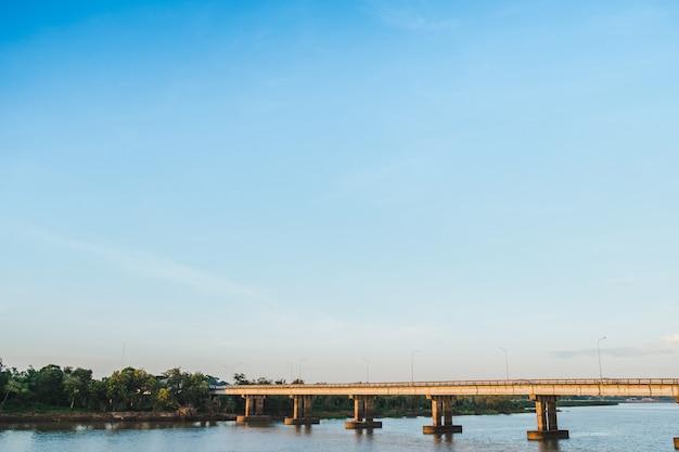 Le pont en béton et la rivière avec un ciel bleu
