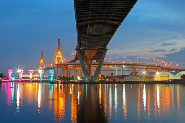 Pont de bhumibol au coucher du soleil à bangkok en thaïlande