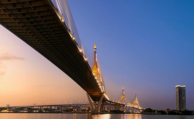 Pont de bhumibol avant le coucher du soleil