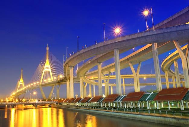 Pont de bhumibol en thaïlande