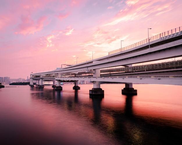 Pont blanc sur la rivière, odaiba kaihin koen, tokyo