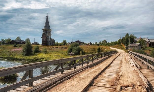Pont de bois dans une ancienne église traditionnelle du nord d'élie le prophète dans le village russe de saminsky pogost, région de vologda, russie
