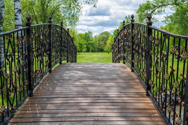 Pont en bois avec garde-corps métalliques