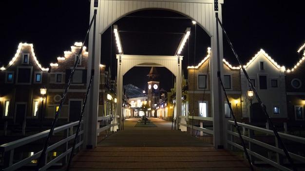 Pont en bois illuminé de style européen la nuit