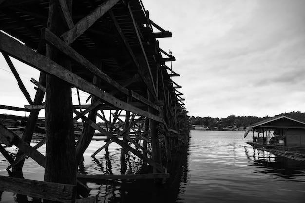 Pont en bois et maison flottante de mon, sangkhlaburi