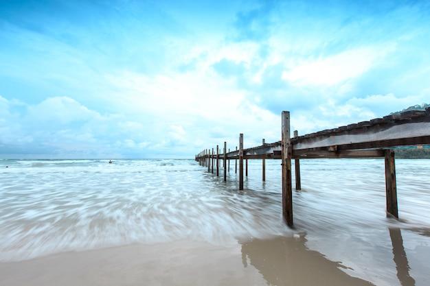 Pont en bois sur la mer. voyage et vacances. concept de liberté. kood island à trad province, thai
