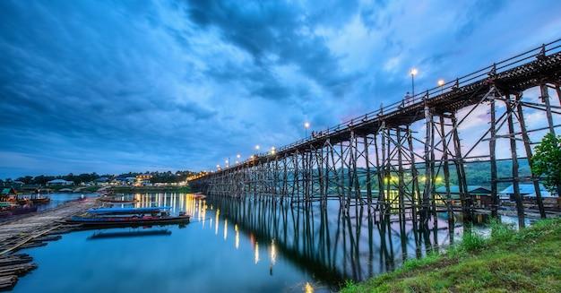 Pont en bois (mon bridge) dans le district de sangkhlaburi, kanchanaburi, thaïlande
