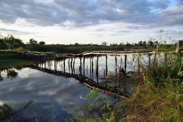 Pont de bois sur l'ombre de la rivière