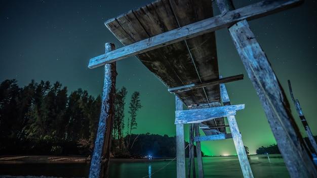 Pont en bois avec paysage de mer la nuit