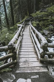 Pont en bois près de la cascade de saent