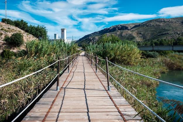 Pont en bois sur la rivière turia dans la ville de bugarra, valence.