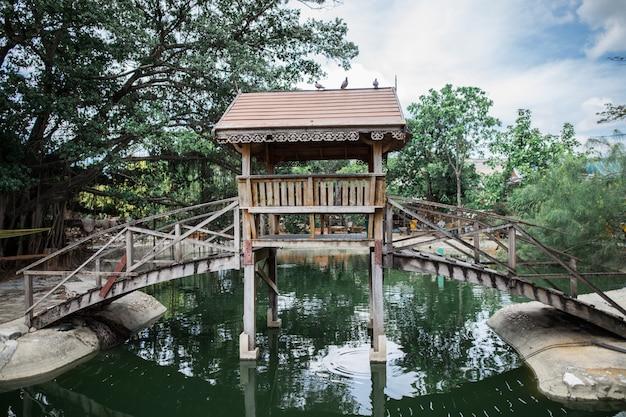 Pont en bois sur la rivière