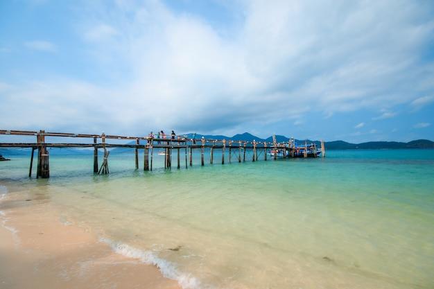Pont en bois s'étendant dans la mer