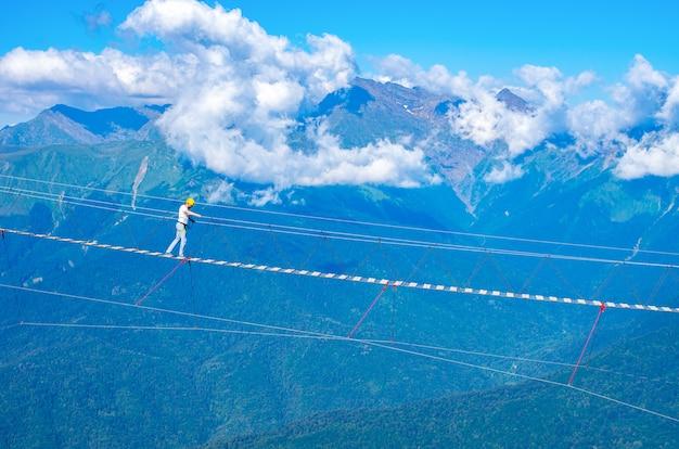 Pont en bois suspendu au-dessus du précipice. vacances extrêmes.