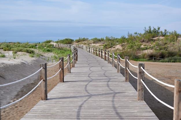 Pont en bois vers la plage