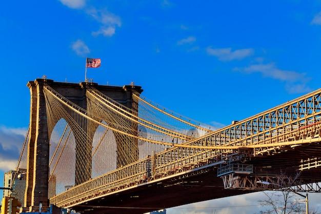 Pont de brooklyn avec ciel bleu nuageux, new york