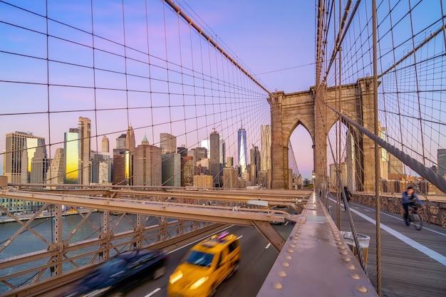 Pont de brooklyn à new york city, etats-unis au lever de soleil