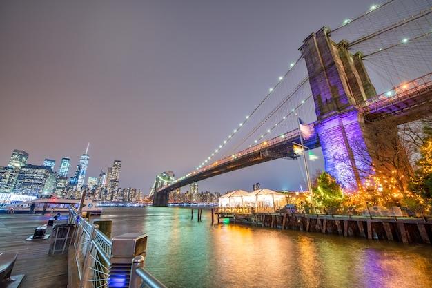 Le pont de brooklyn de nuit depuis broolyn bridge park, new york city en hiver.