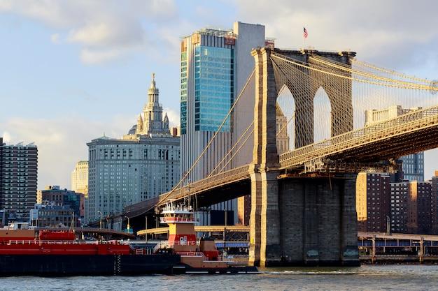Pont de brooklyn avec paysage urbain en arrière-plan
