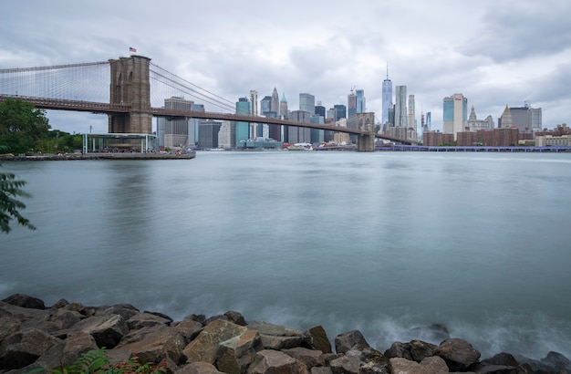 Pont de brooklyn vu du parc nuageux de brooklyn