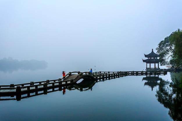 Pont et brouillard