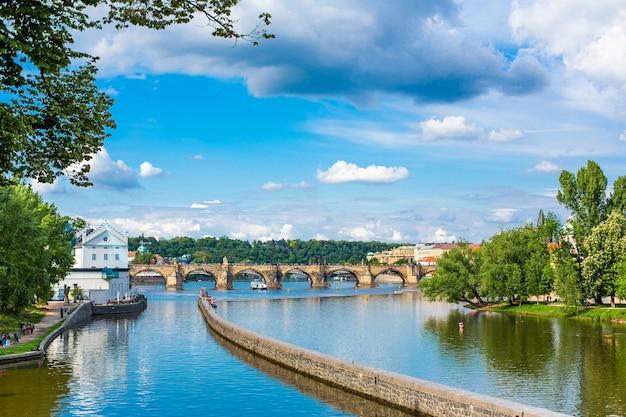 Pont calov sur la rivière vltava.