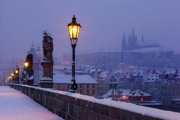 Pont charles et château de prague avant l'aube