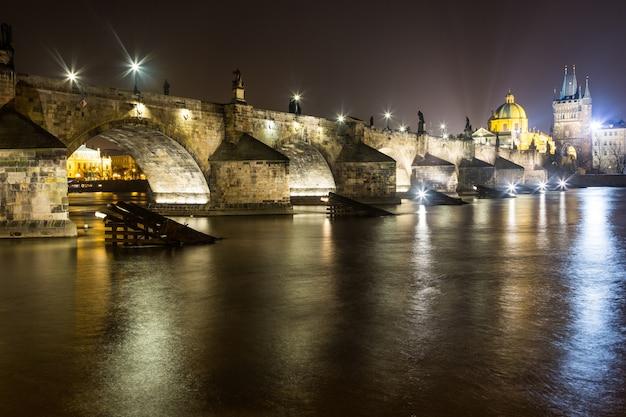Pont charles à prague la nuit