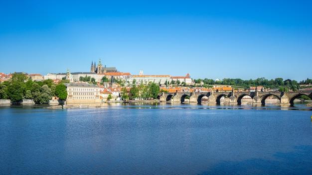Pont charles avec les toits de la ville de prague à prague, en république tchèque