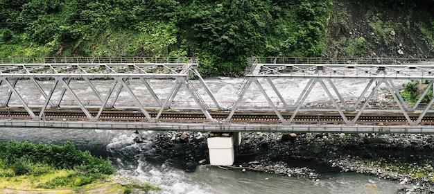 Pont de chemin de fer sur la rivière. construction pour le transport ferroviaire