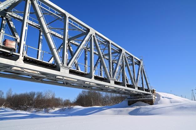 Pont de chemin de fer à travers la rivière gel