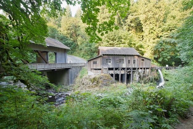 Pont couvert et moulin à grain sur cedar creek