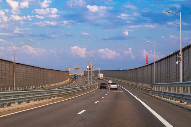Pont de crimée avec transport à pied à l'aube