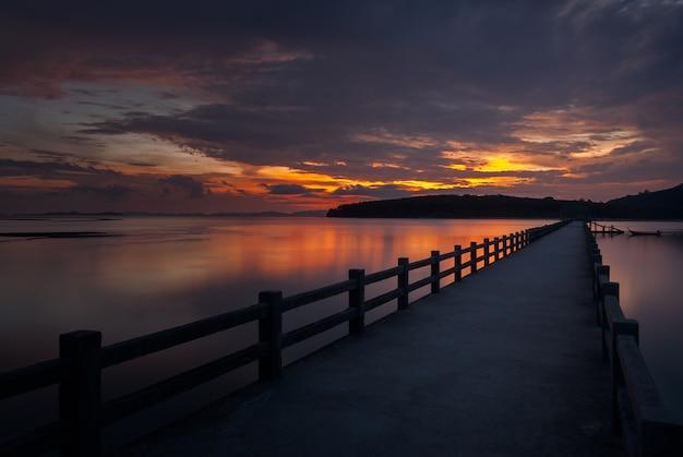Le pont dans la belle vue sur la mer au lever du soleil