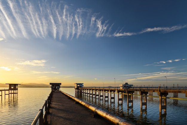 Le pont dans le lac avec le lever du soleil