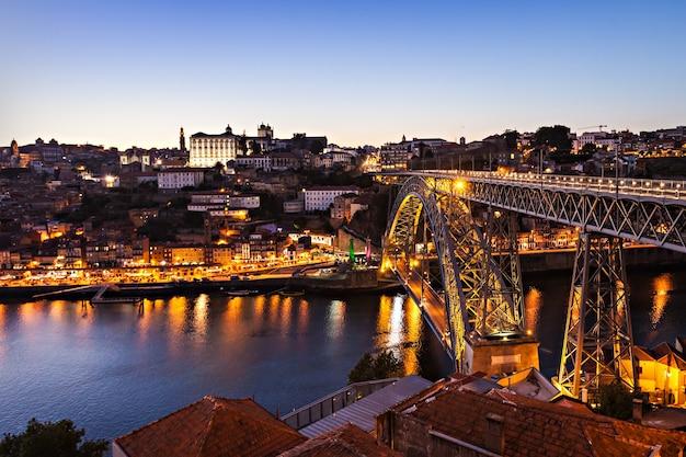 Le pont dom luis i est un pont en arc métallique qui enjambe le fleuve douro entre les villes de porto et vila nova de gaia, portugal