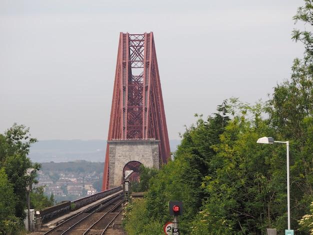 Pont du forth sur le firth of forth à édimbourg