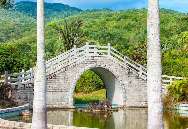 Le pont sur l'étang dans le jardin chinois.