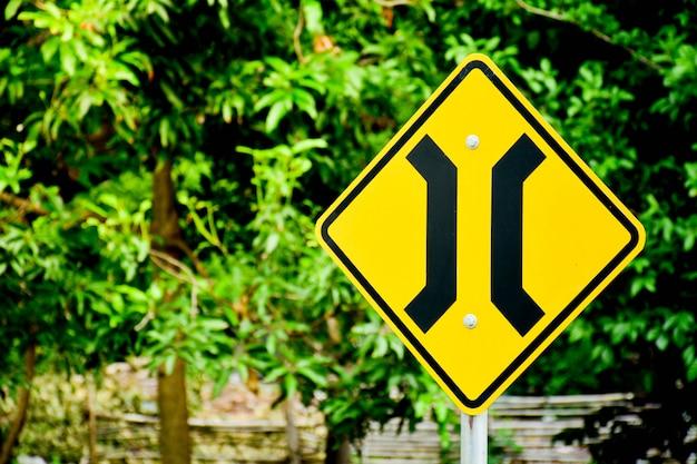 Pont étroit en route de campagne