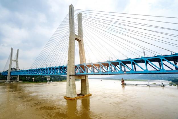 Pont ferroviaire en métal de la rivière chongqing, dans le yangtze, chine