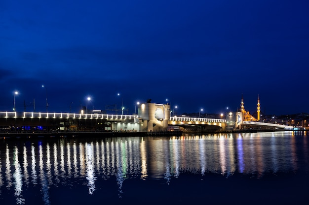 Pont de galata éclairé par des lumières la nuit