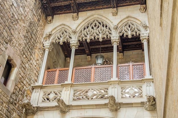 Pont gothique dans la rue carrer del bisbe, au centre du quartier gothique de barcelone, espagne